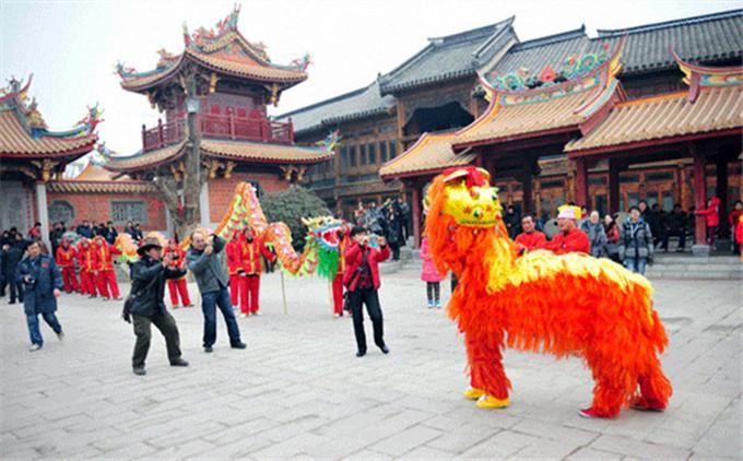 台儿庄古城内文化演出--舞狮子